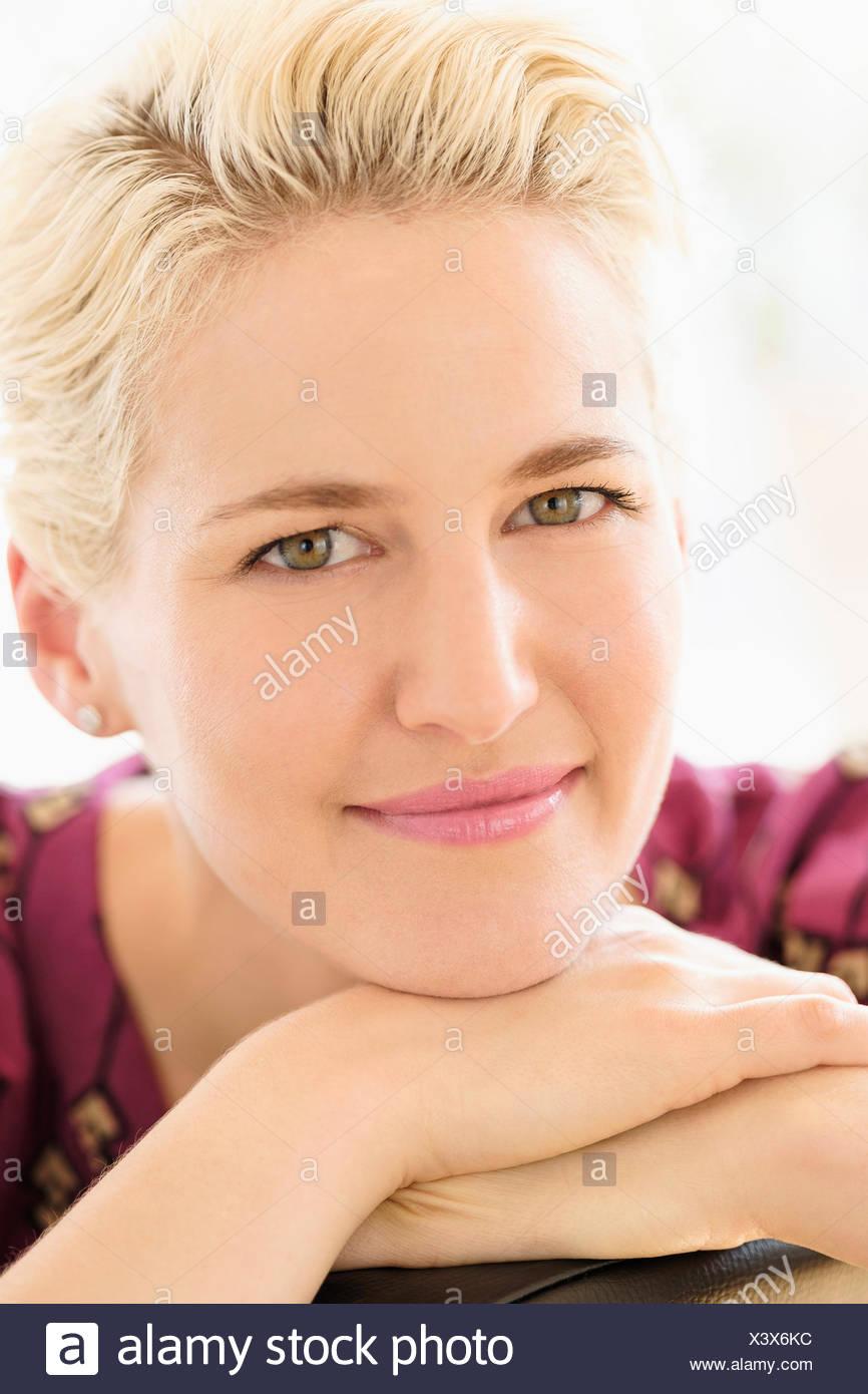 Retrato de mujer joven en interiores Imagen De Stock