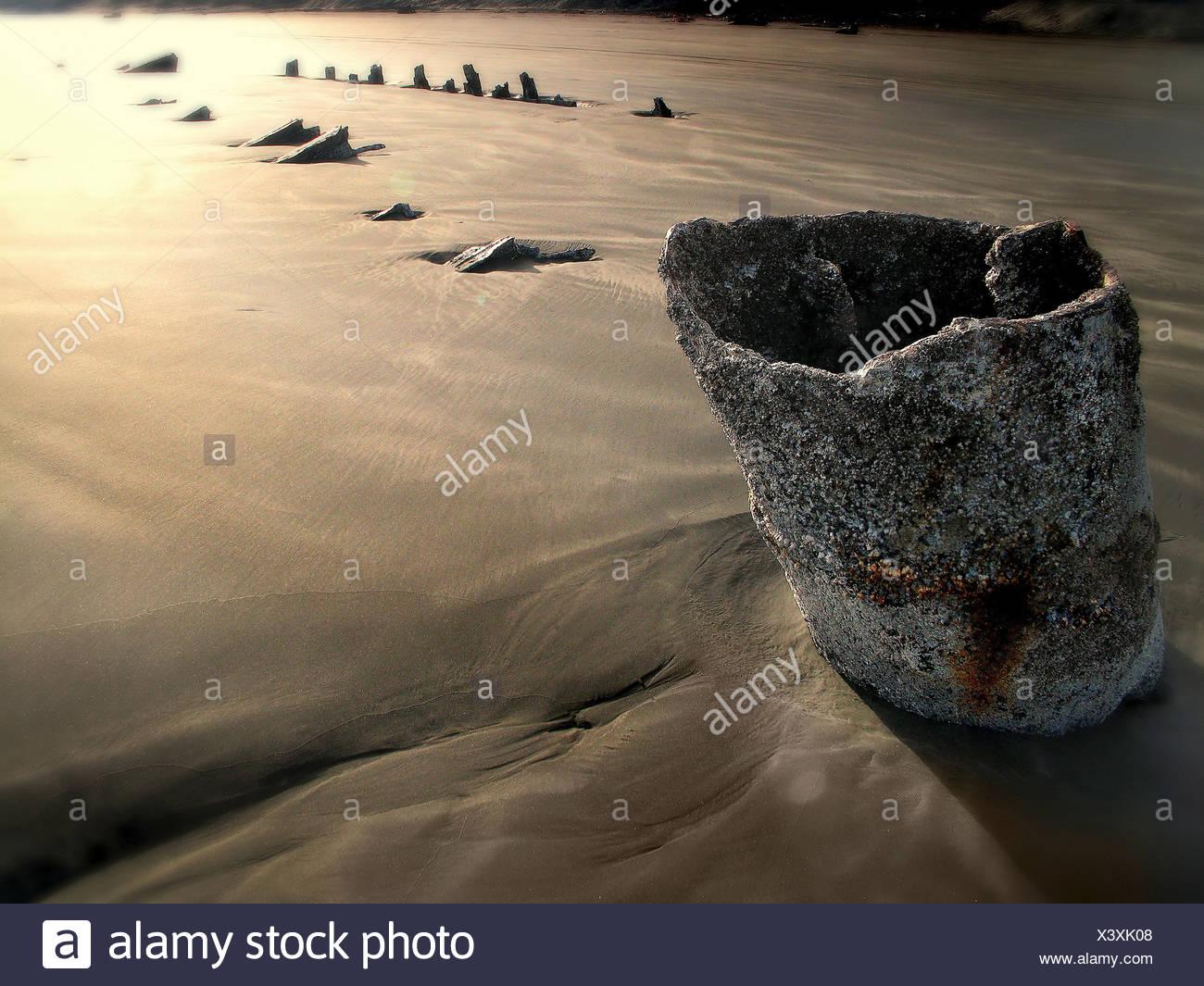 Elementos de la arena en la playa al amanecer. Foto de stock