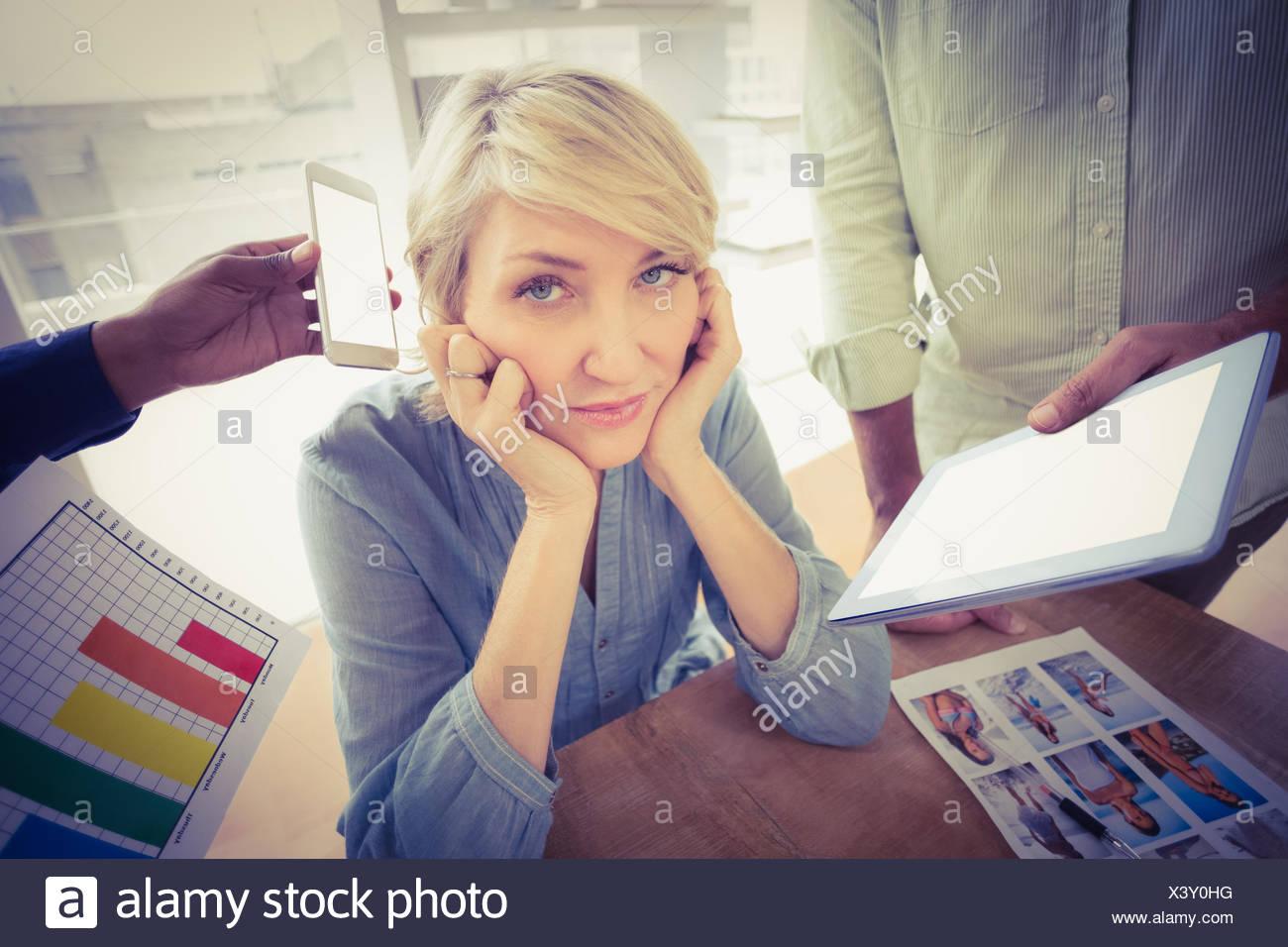 La empresaria sobreexcitada cubriendo sus orejas Imagen De Stock