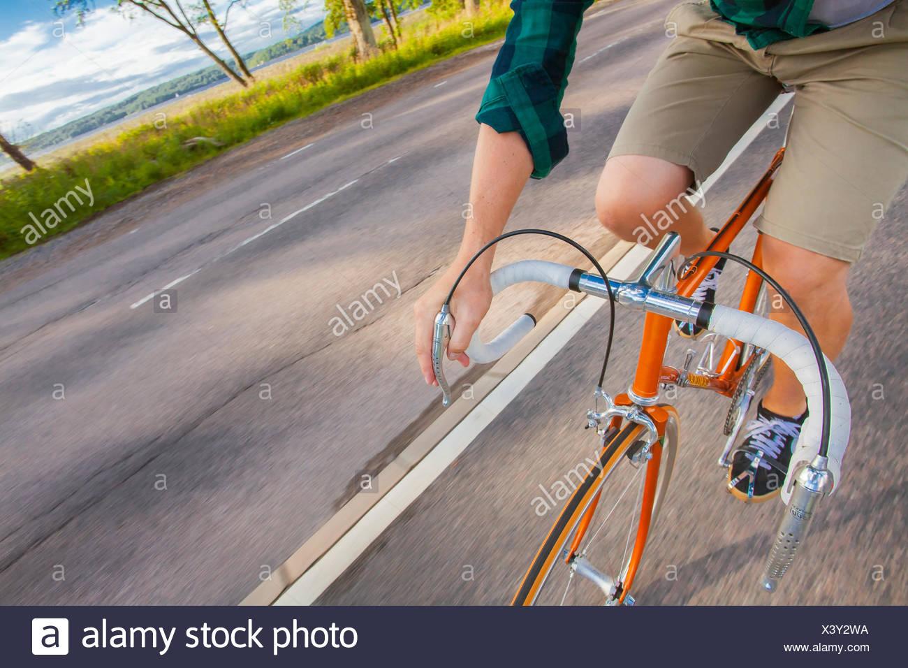 Suecia, Vastergotland, Lerum, hombre ciclismo Imagen De Stock