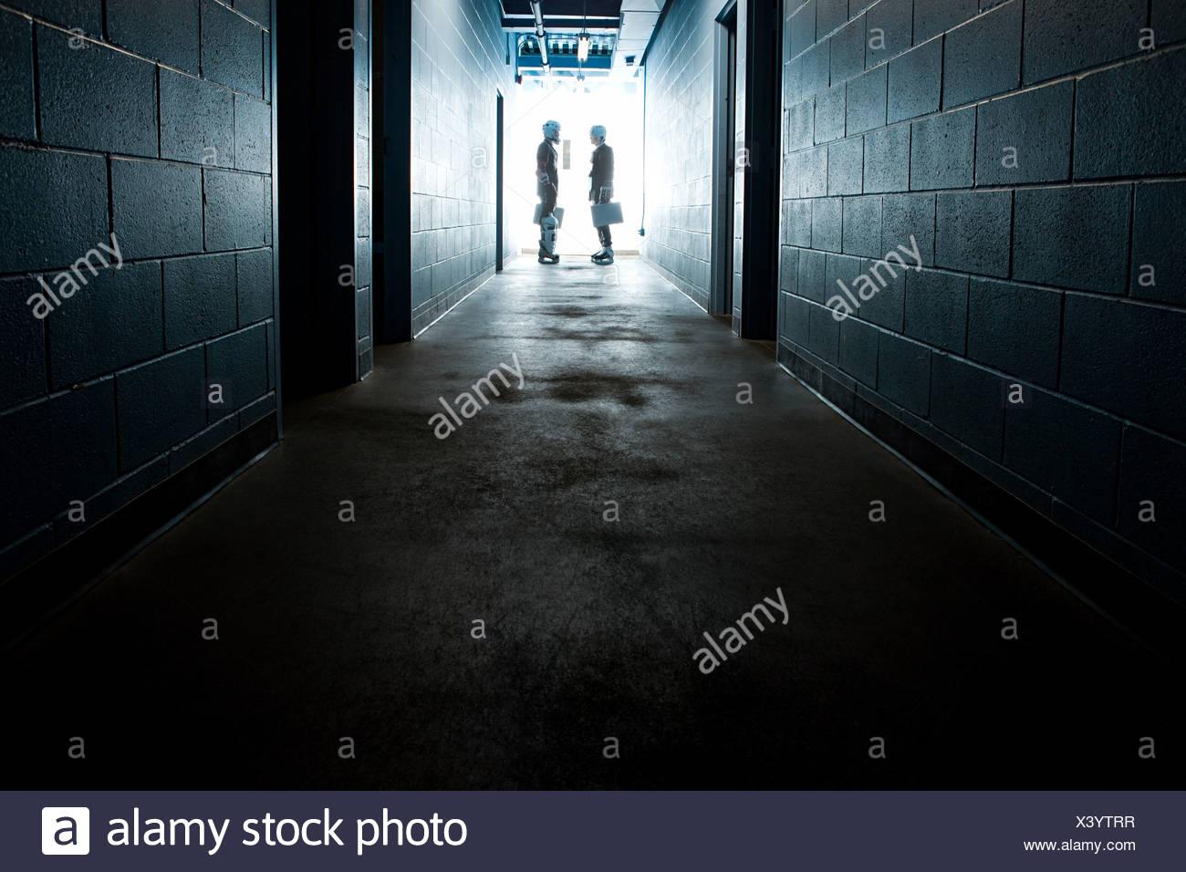 Dos hombres de negocios vistiendo uniformes de hockey sobre hielo. Imagen De Stock