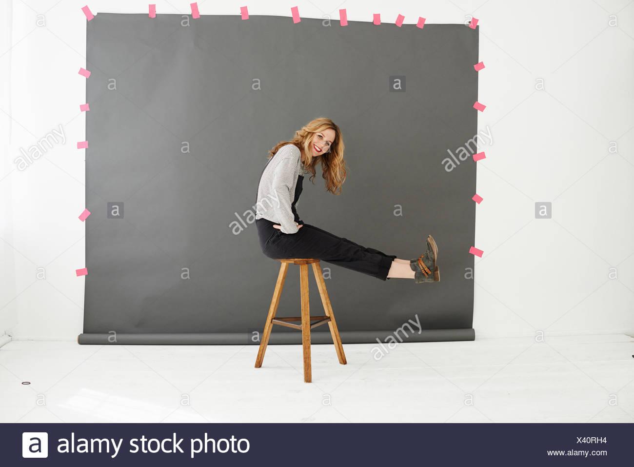 Mujer en silla de fotógrafos como telón de fondo Imagen De Stock