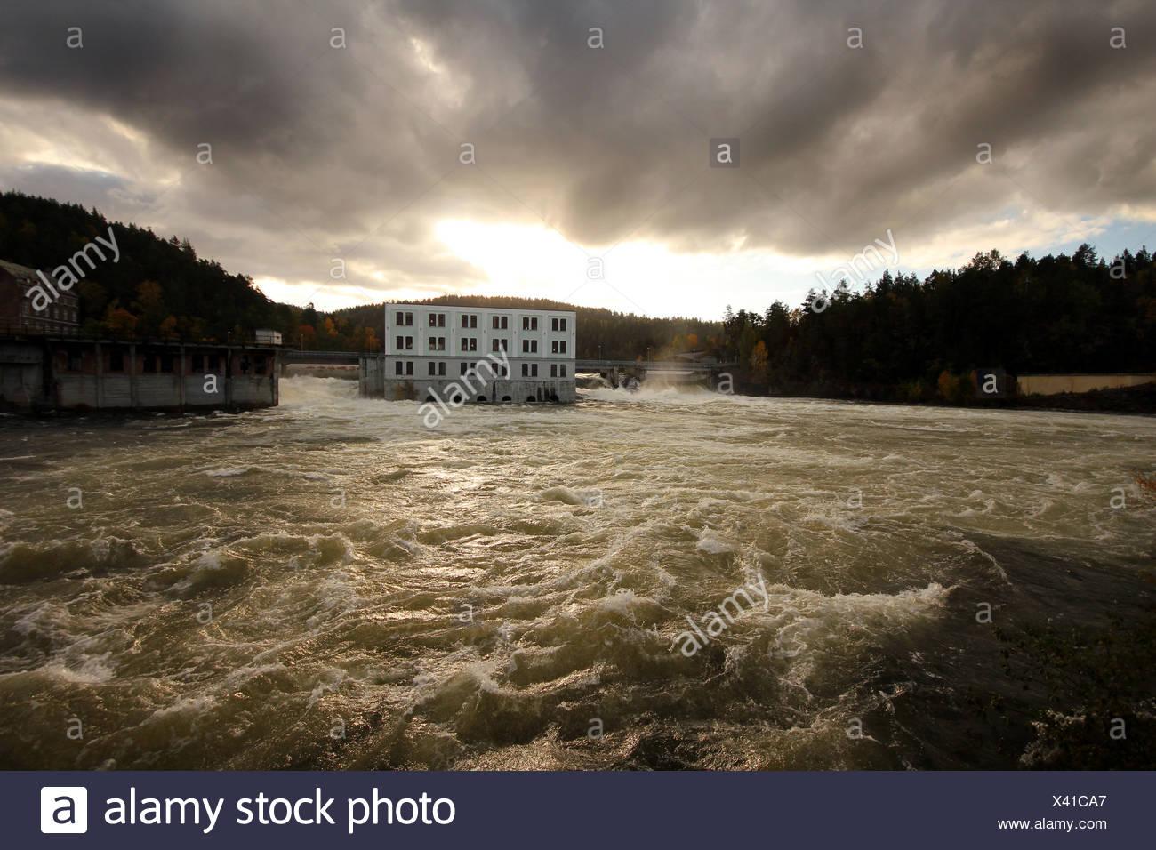 El agua circula por la planta eléctrica.Skotfoss en el sur de Noruega Foto de stock