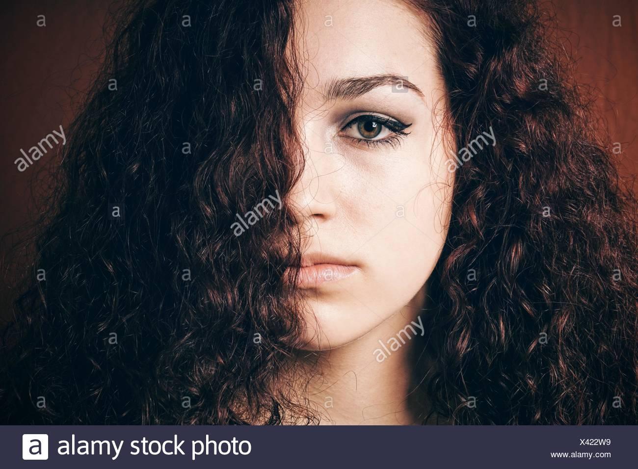 En primer plano el retrato de una mujer con el cabello rizado Imagen De Stock
