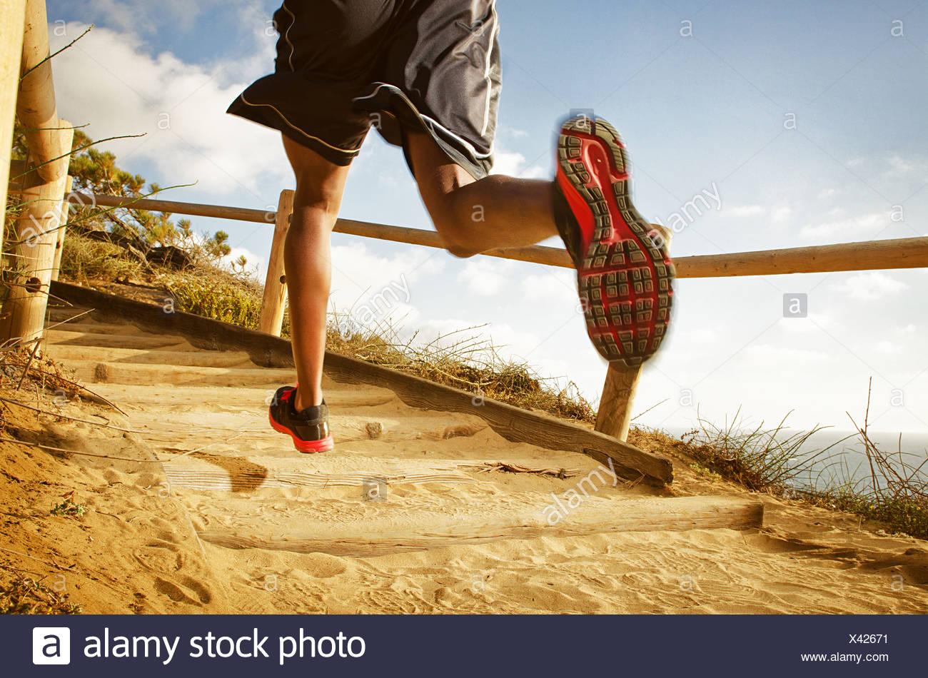 Hombre corriendo en camino de tierra Imagen De Stock