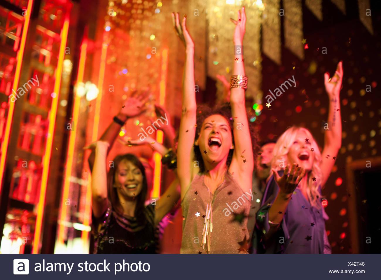 Los amigos Bailar en discoteca Imagen De Stock