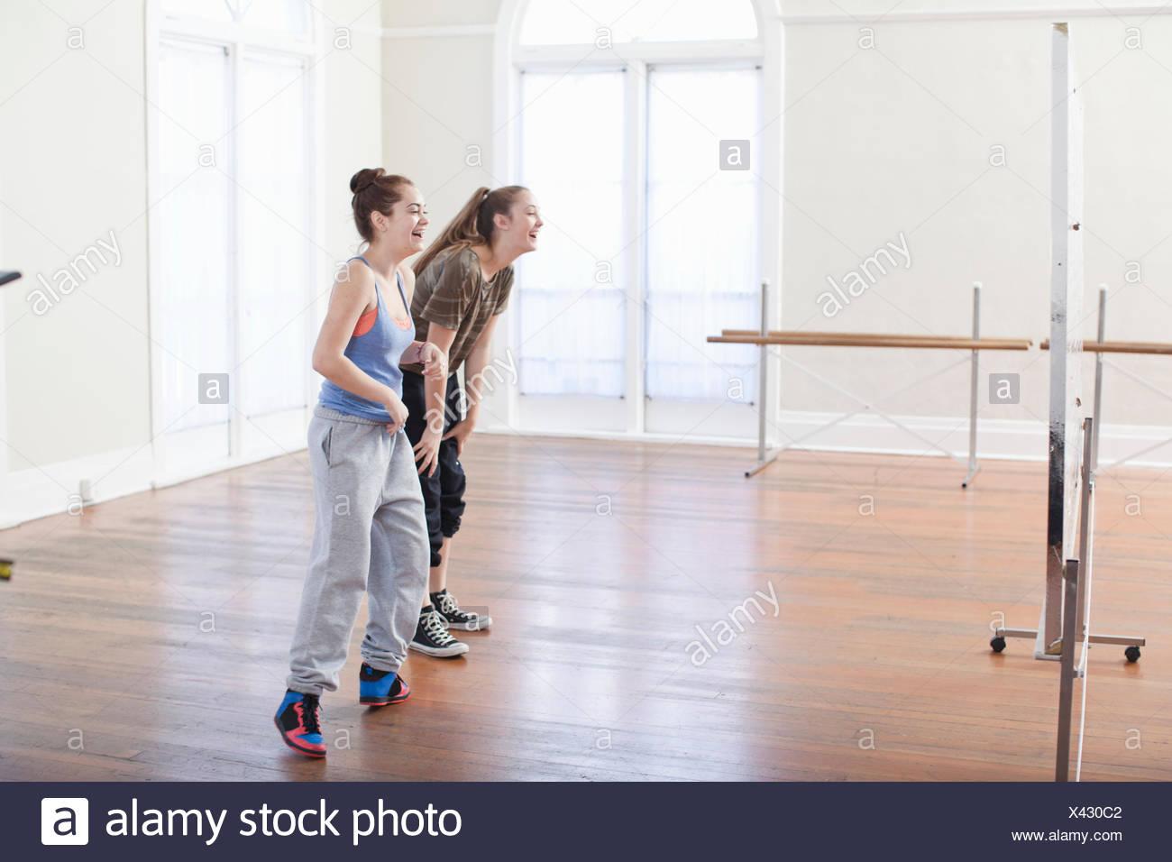 Dos chicas adolescentes haciendo calentar la danza en la escuela de ballet Imagen De Stock