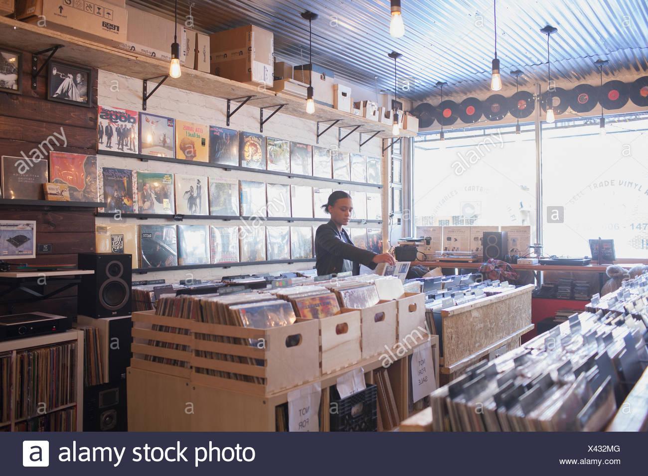 Mujer joven en un almacén de registros. Imagen De Stock