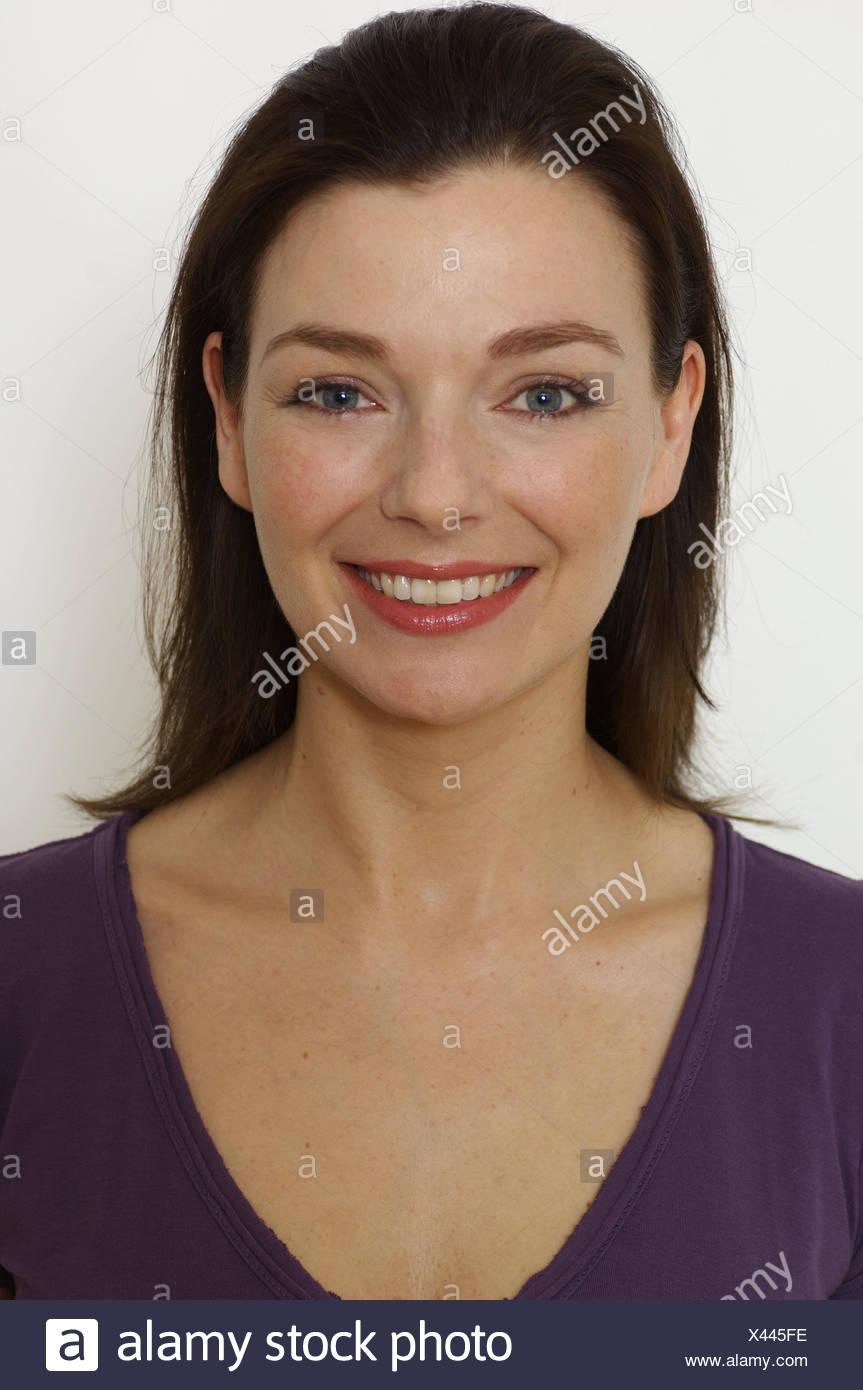 Mujer Joven De Sonrisa Ver La Cámara Retrato Estudio Persona