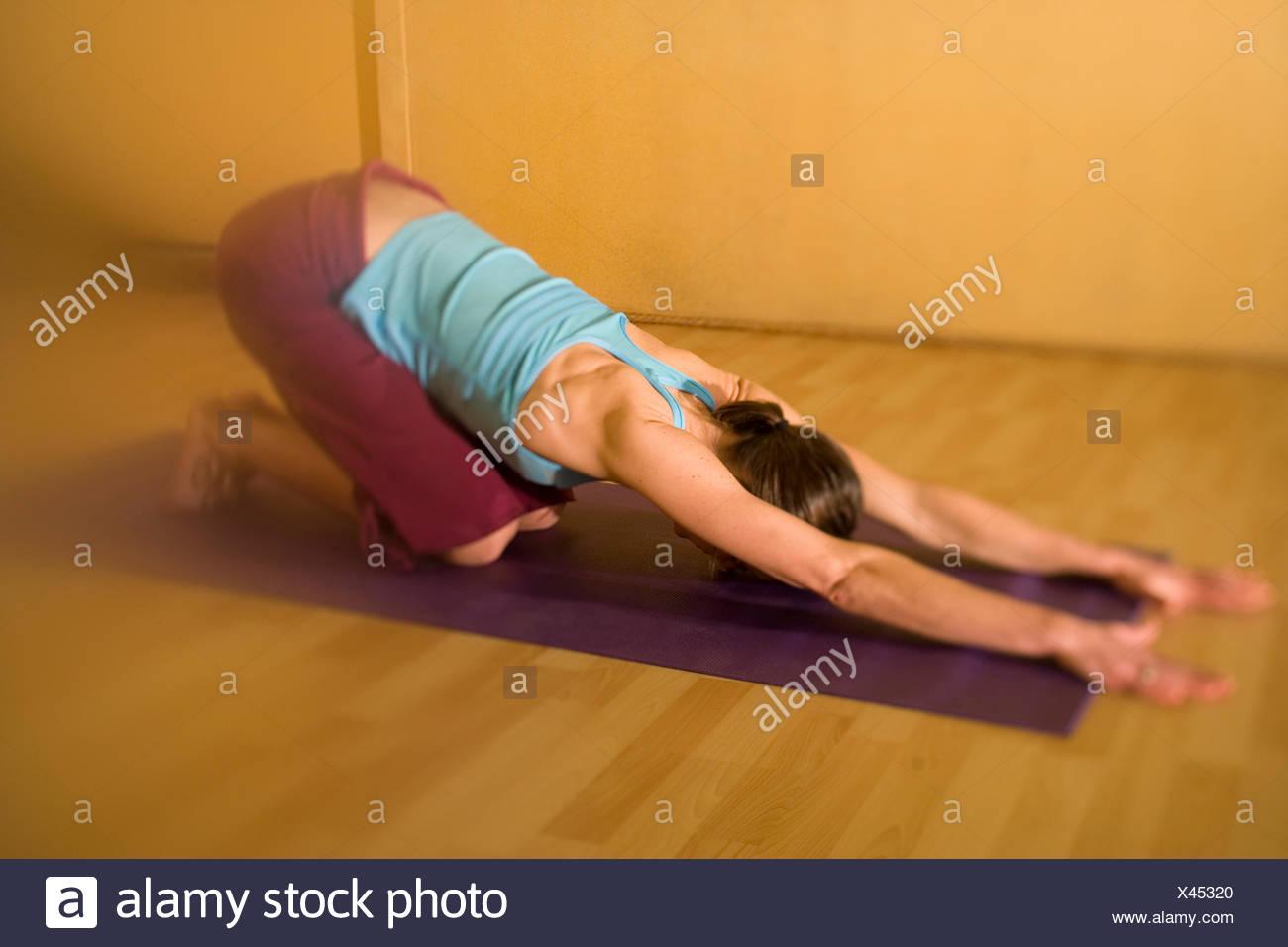 Mujer haciendo yoga en un estudio personalizado Imagen De Stock