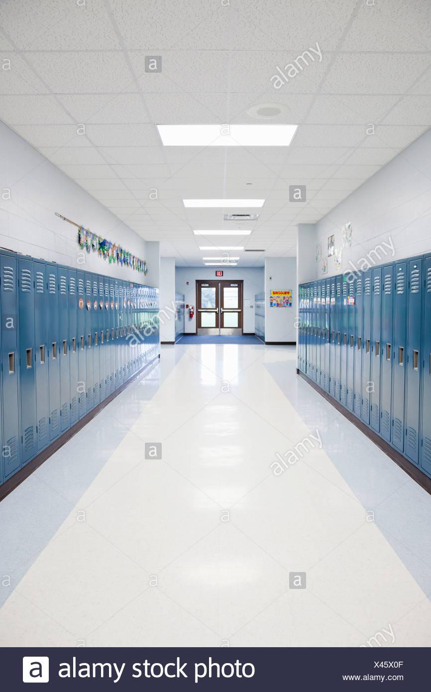 Estados Unidos, Illinois, Metamora, Filas de casilleros en el corredor de la escuela Imagen De Stock