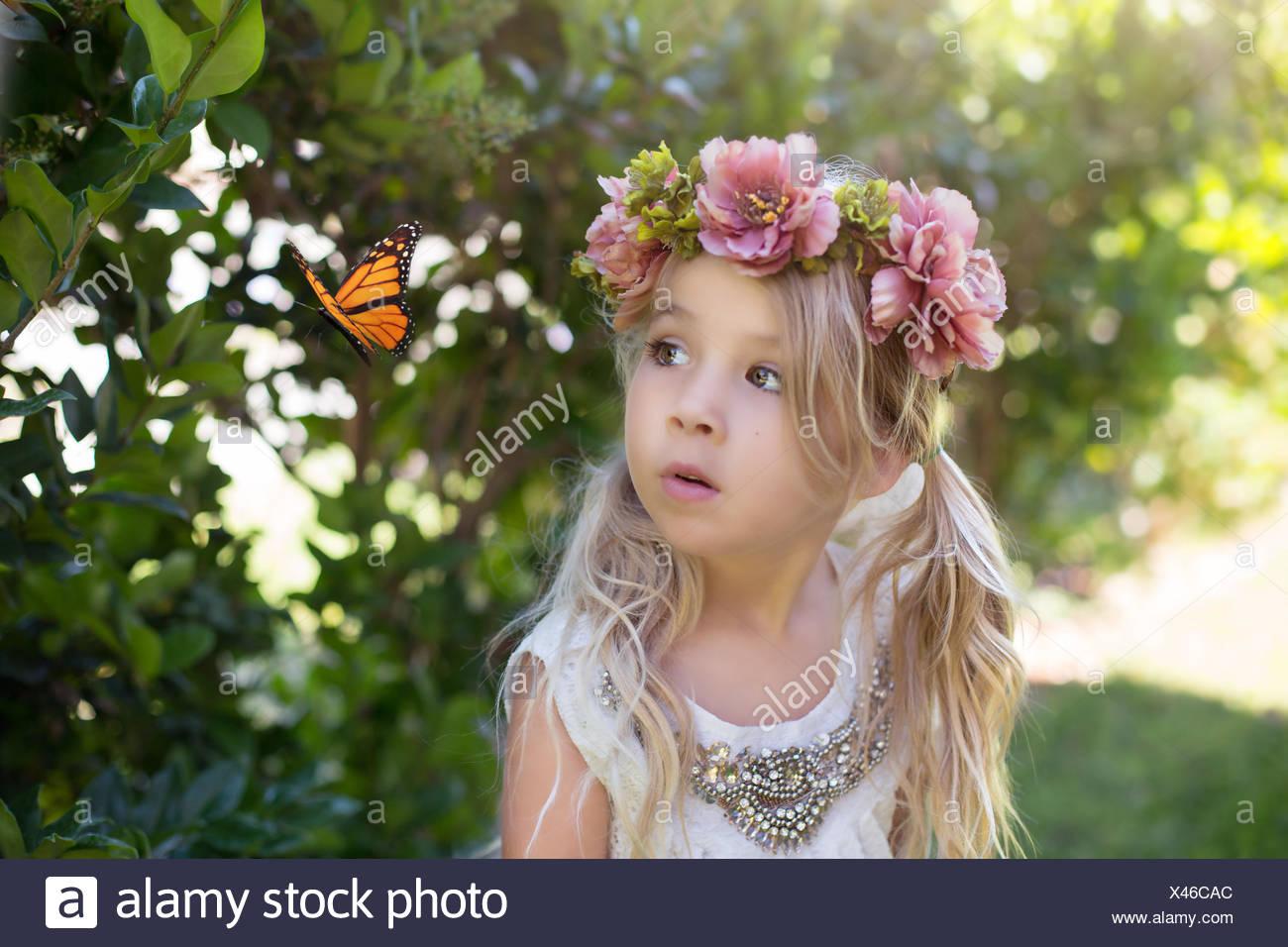 Niña mirando una mariposa, California, EE.UU Foto de stock