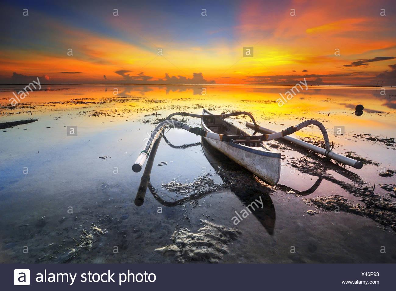 Indonesia, Bali, el barco superficial durante la puesta de sol Imagen De Stock