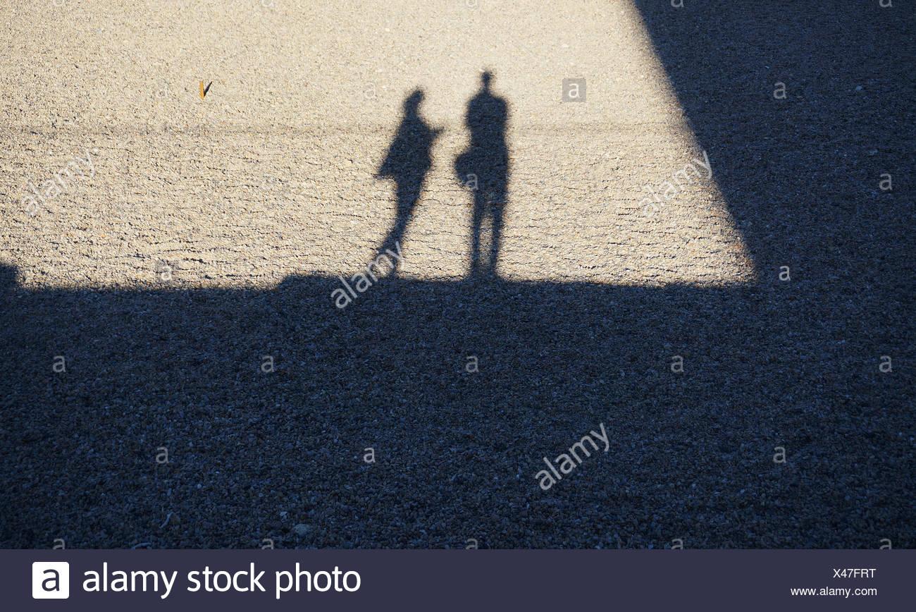 Sombra de la gente sobre el suelo Foto de stock