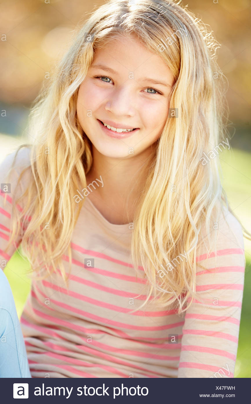 Retrato de chica guapa en campo Imagen De Stock