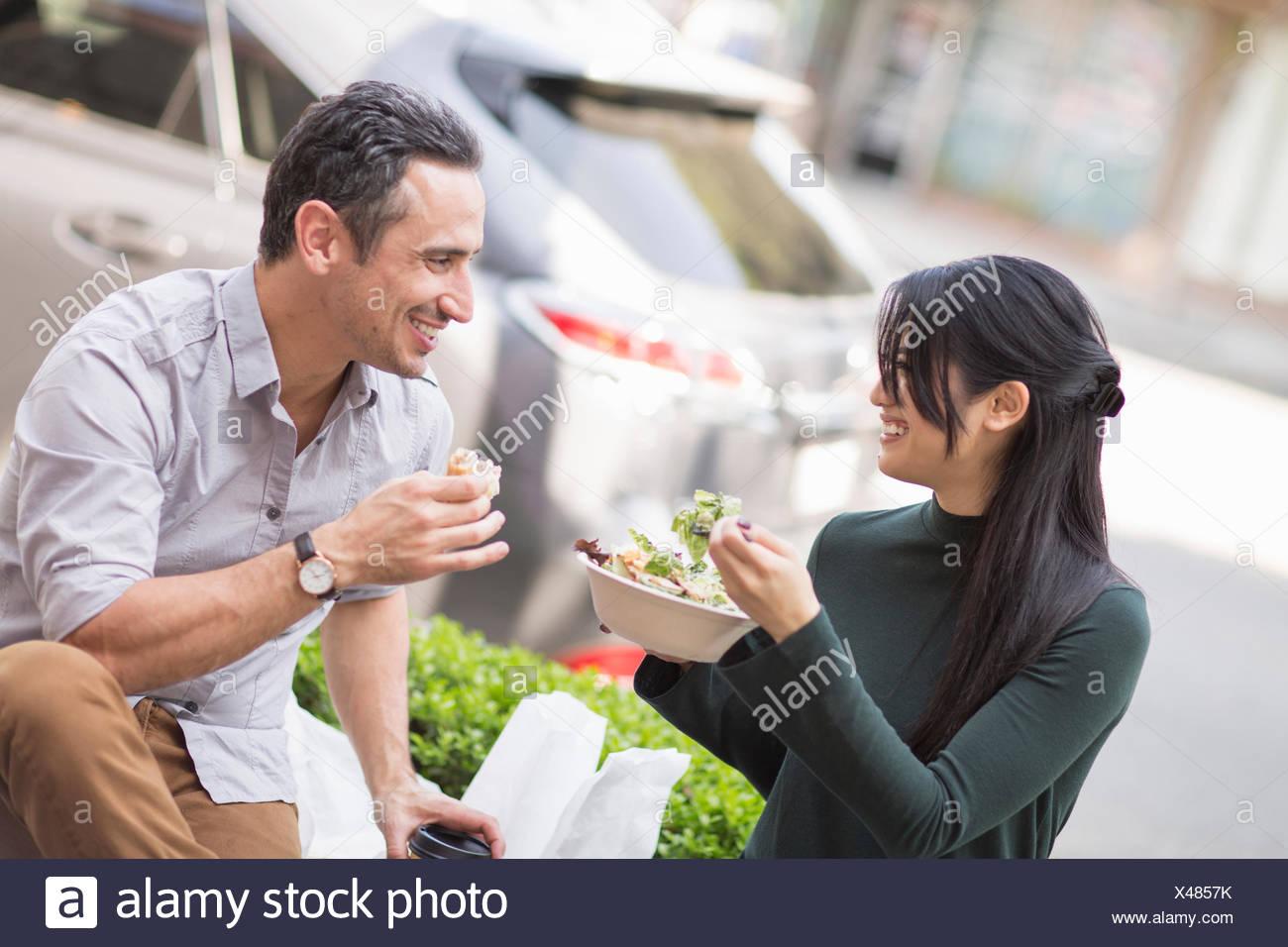 Pareja en el café en la acera disfrutando del almuerzo Imagen De Stock