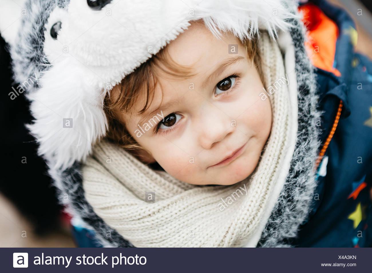 Retrato de niño llevaba ropa de abrigo Imagen De Stock