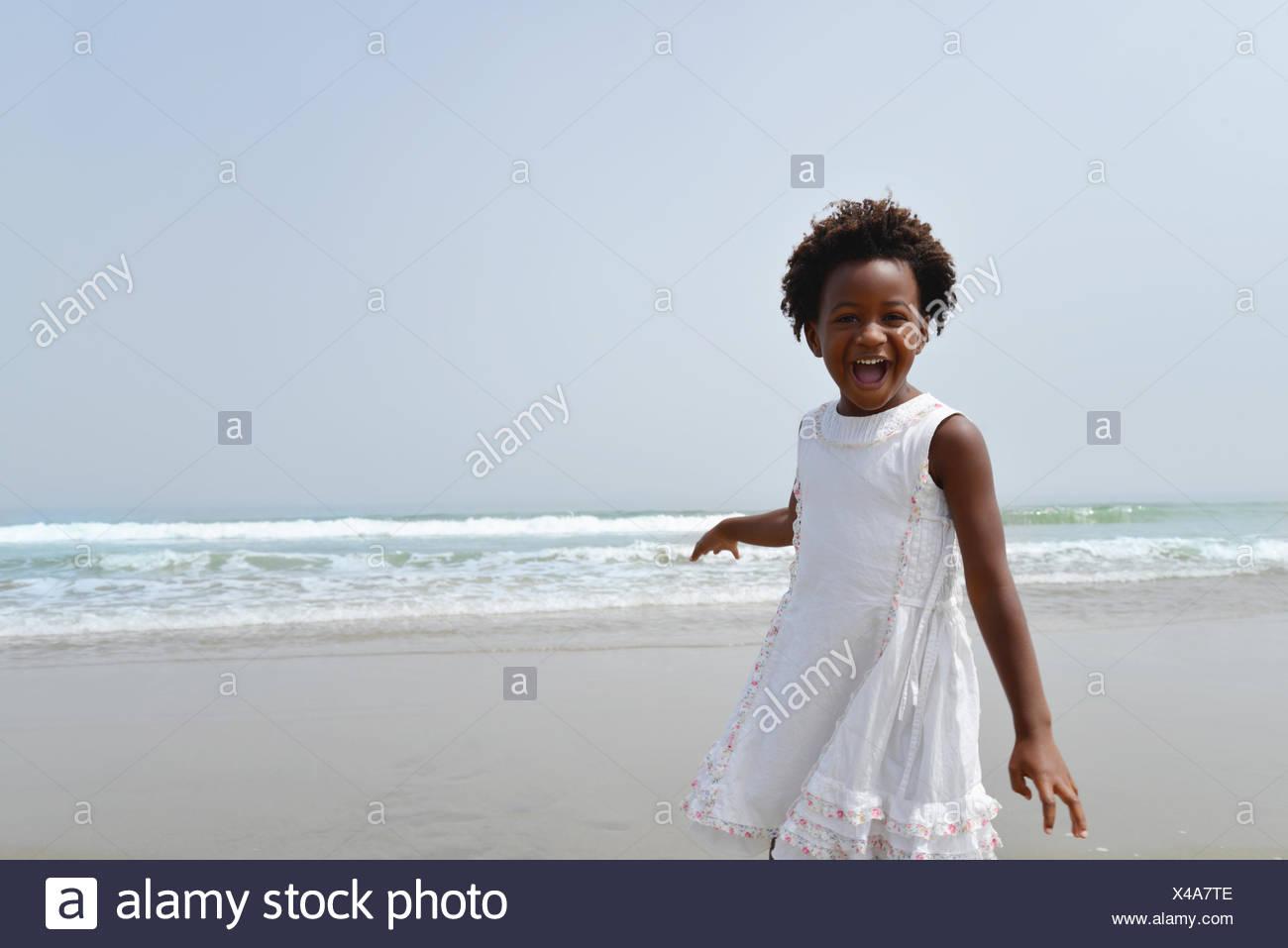 Retrato de un joven afroamericano feliz en la playa Imagen De Stock