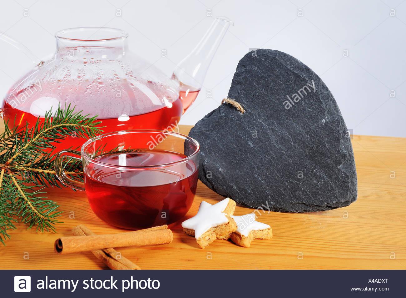 Tee, tasse, Schieferherz Teekanne und Dekoration de Adviento Foto de stock