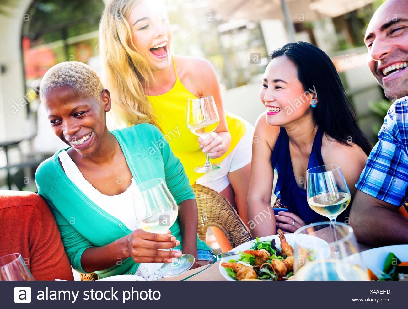 Diversas personas almuerzo Concepto de comida al aire libre Imagen De Stock