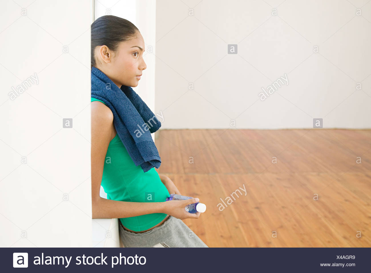 Perfil de una mujer tomando un descanso Imagen De Stock
