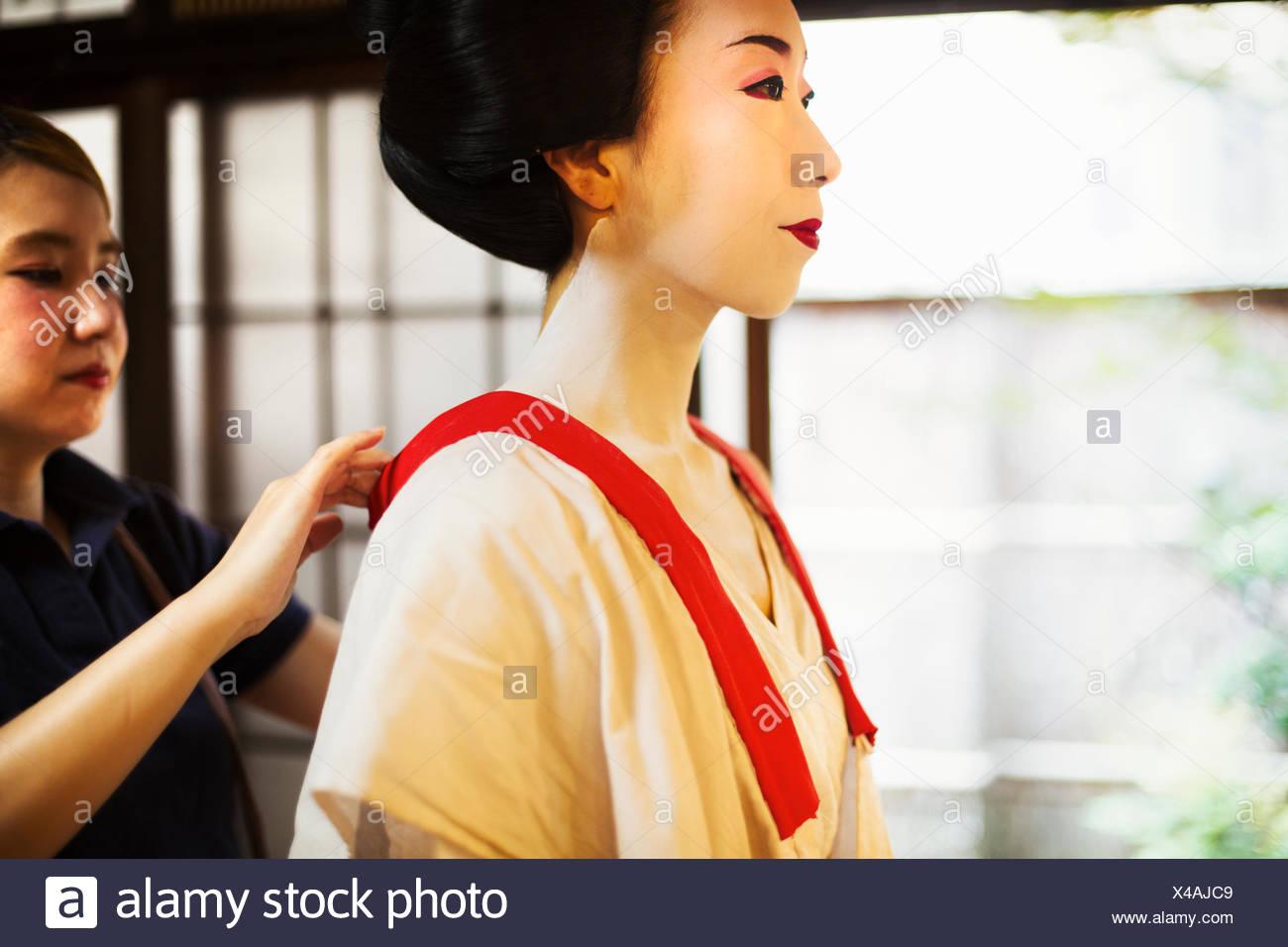 e2dad7ea4 Un moderno maiko o geisha mujer vestidos de manera tradicional en un cambio  de color blanco