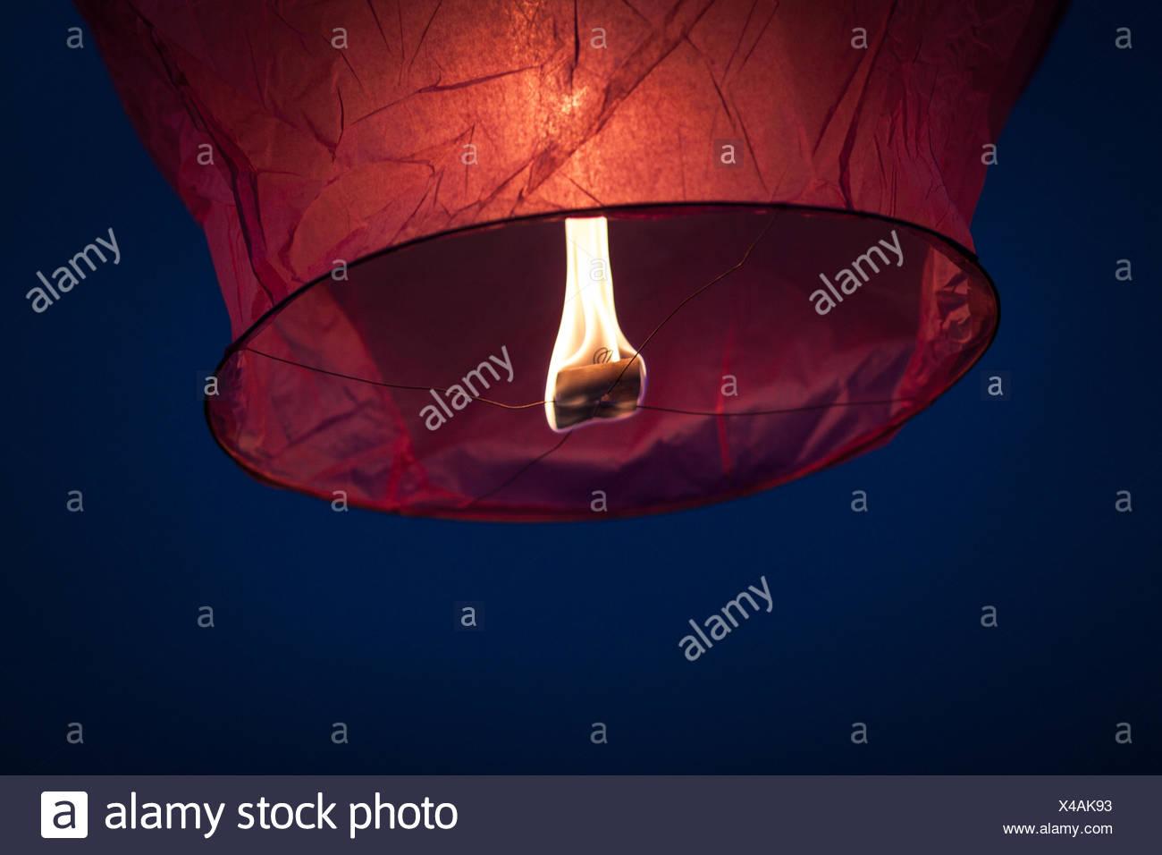 Ángulo de visión baja de cielo iluminado en la noche Linterna Imagen De Stock