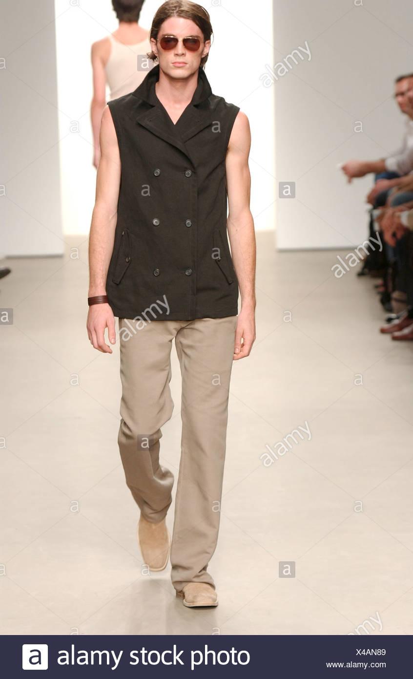 a0c825ced0593 Calvin Klein listo para ponerse Milán primavera verano moda masculina  Fashion show modelo largo pelo marrón con gafas de sol negro camiseta sin  mangas