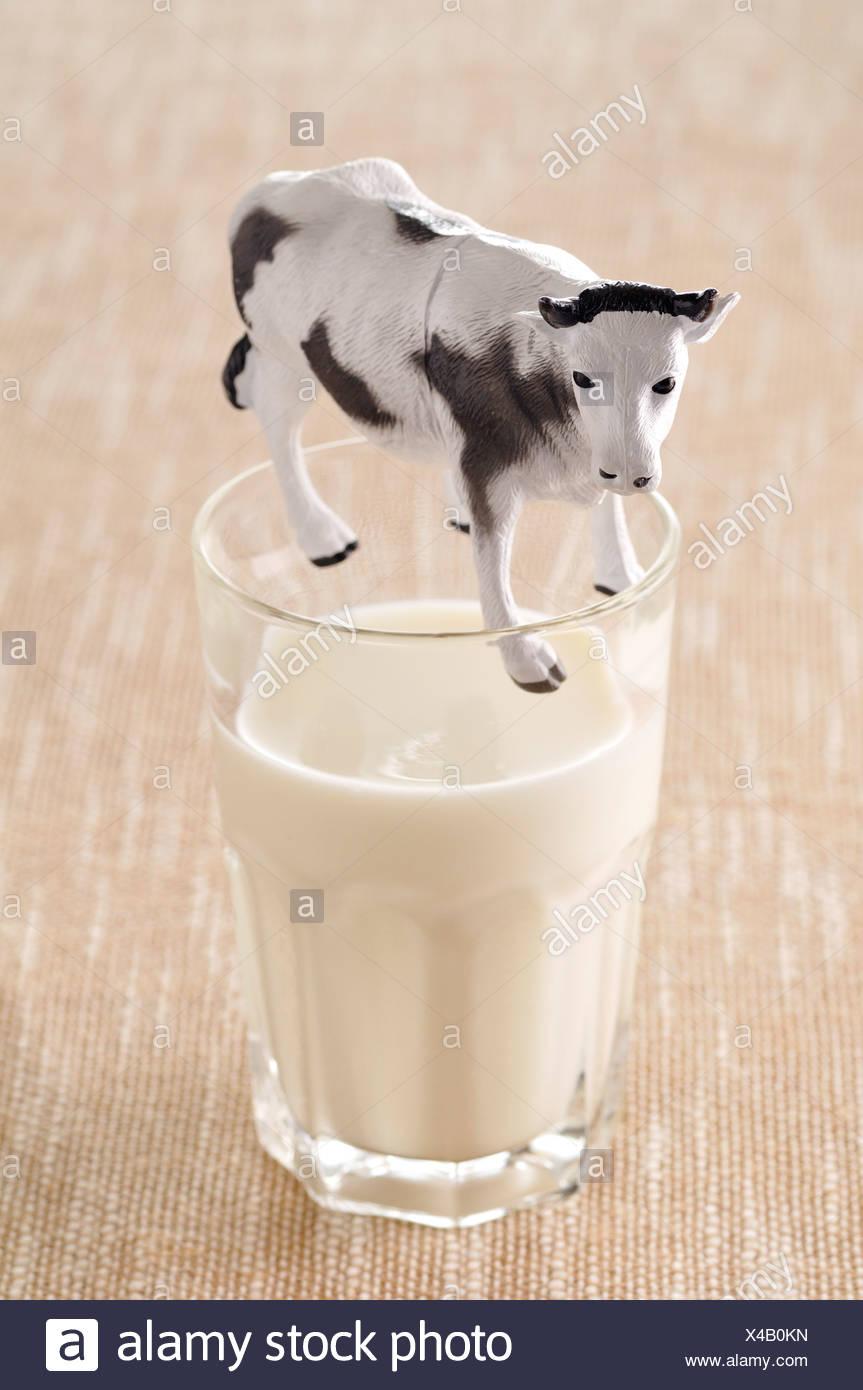 Vaso de Leche de vaca y figurilla Imagen De Stock