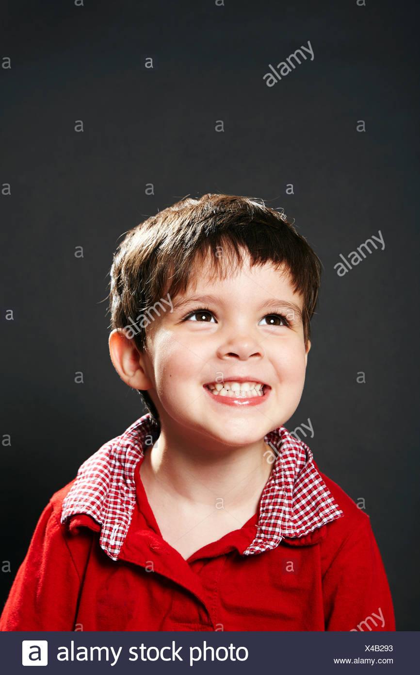 Retrato de joven, sonriente, mirando lejos Imagen De Stock