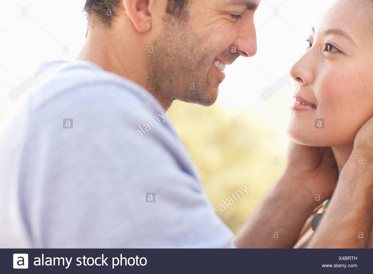Cerca de las caras sonrientes coupleImagen De Stock