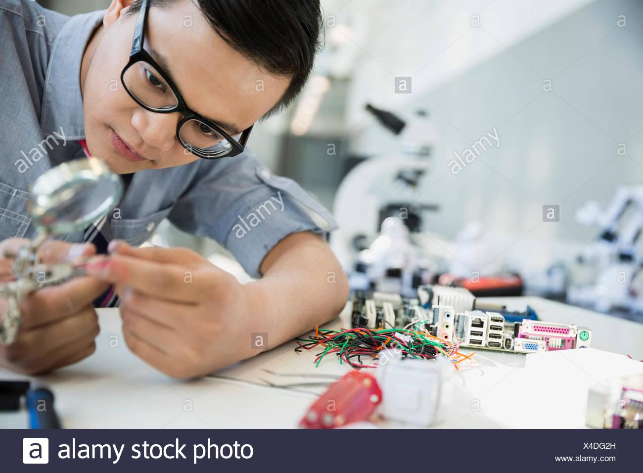 Examinar y ensamblar tecnología ingeniero Imagen De Stock