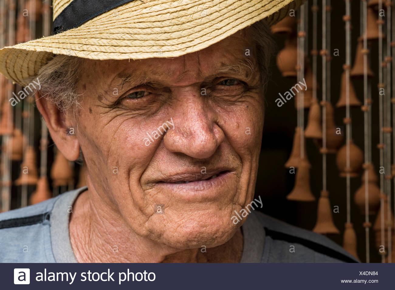 Retrato de Daniel 'Chichi' Santander, cubanos de renombre en su taller alfarero El Alfarero Casa Chichi. Trinidad, Sancti Spíritus, Cuba. Imagen De Stock