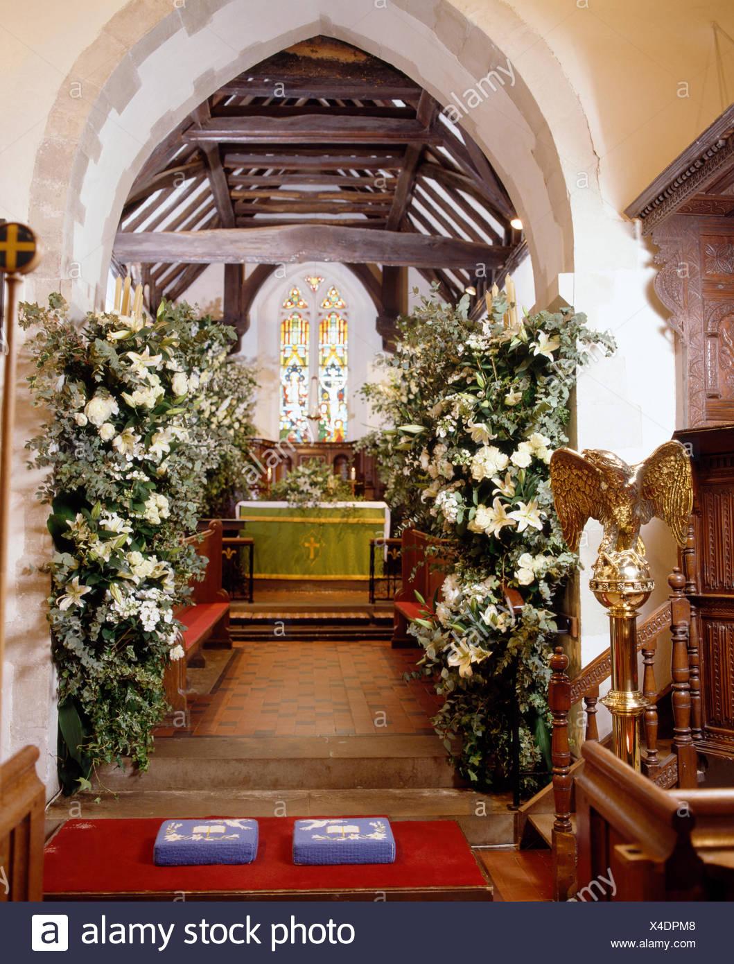 País Iglesia Decorada Para Una Boda Con Lirios Blancos En