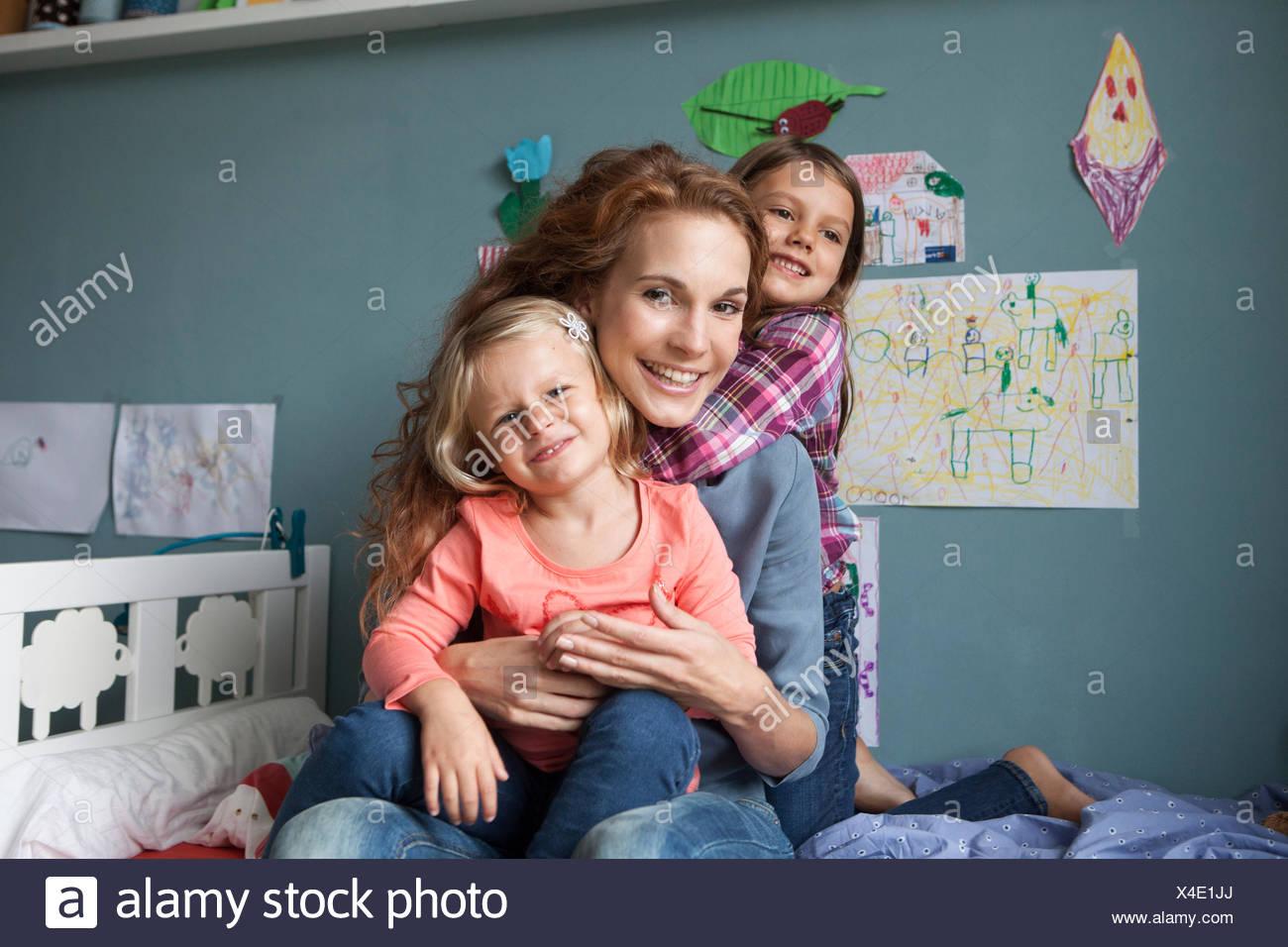 Retrato de mujer con sus hijas en la habitación de los niños Imagen De Stock