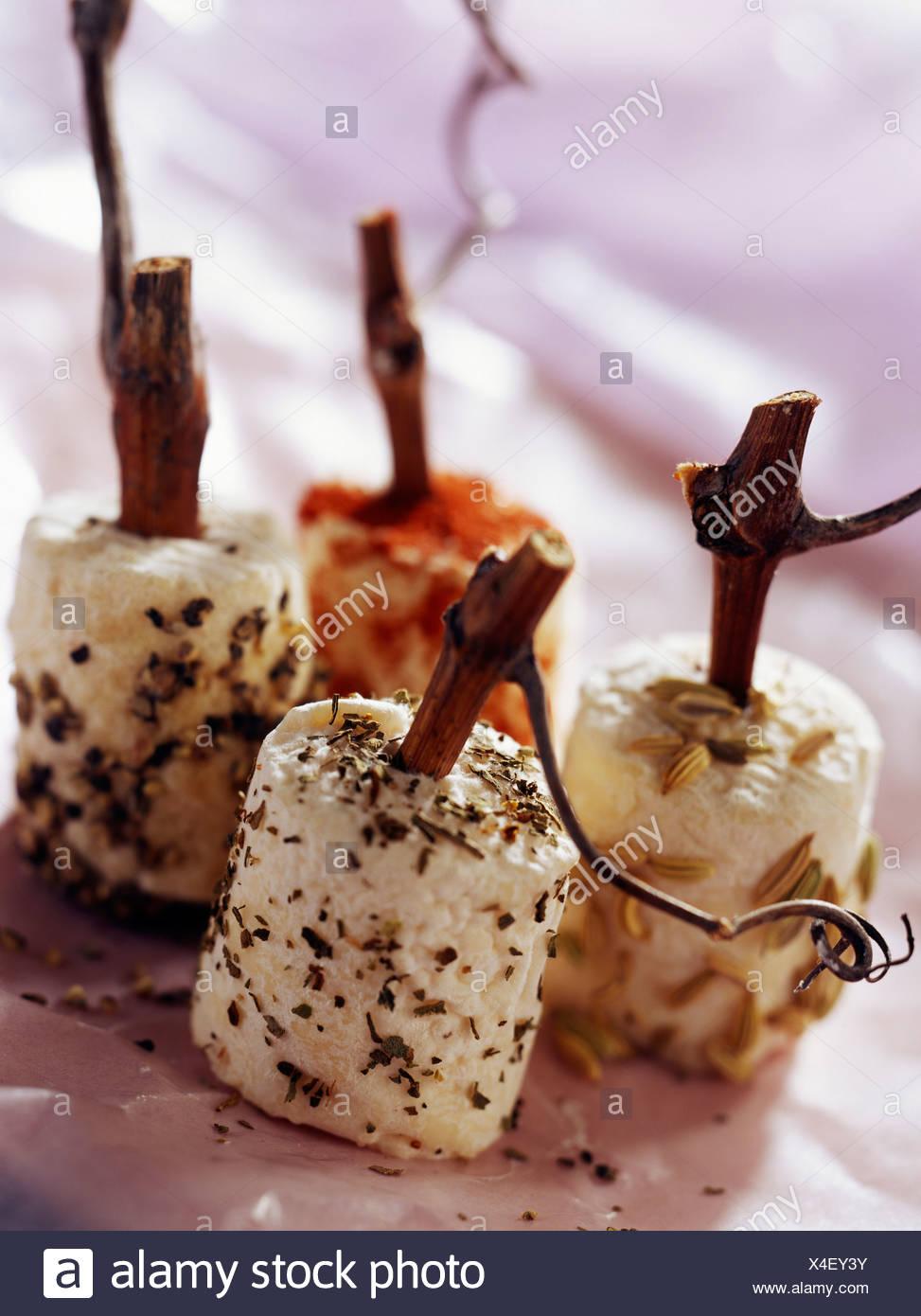 Pequeños quesos de cabra madurado con hierbas Imagen De Stock