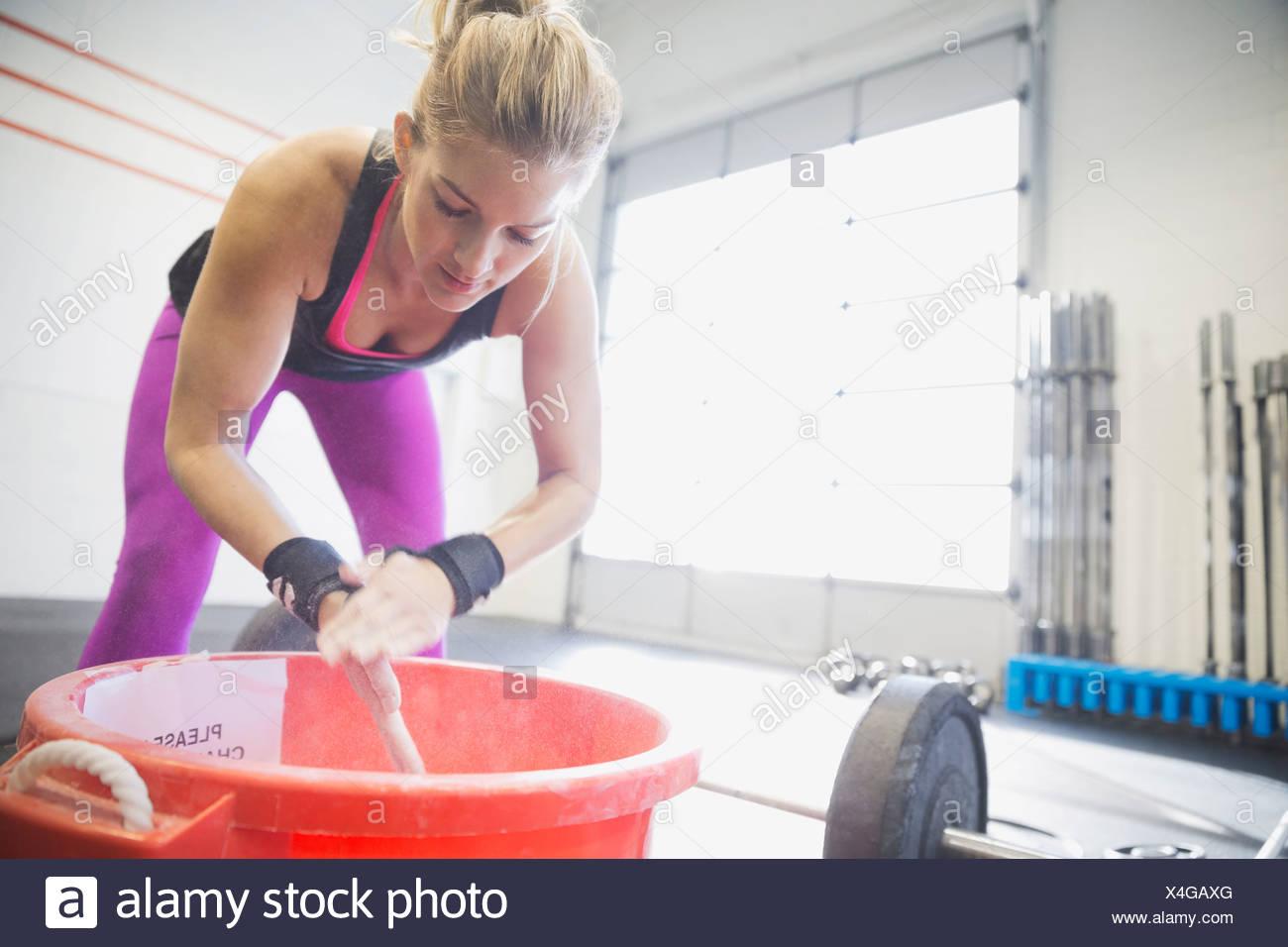 Mujer entizamiento manos antes del entrenamiento Imagen De Stock
