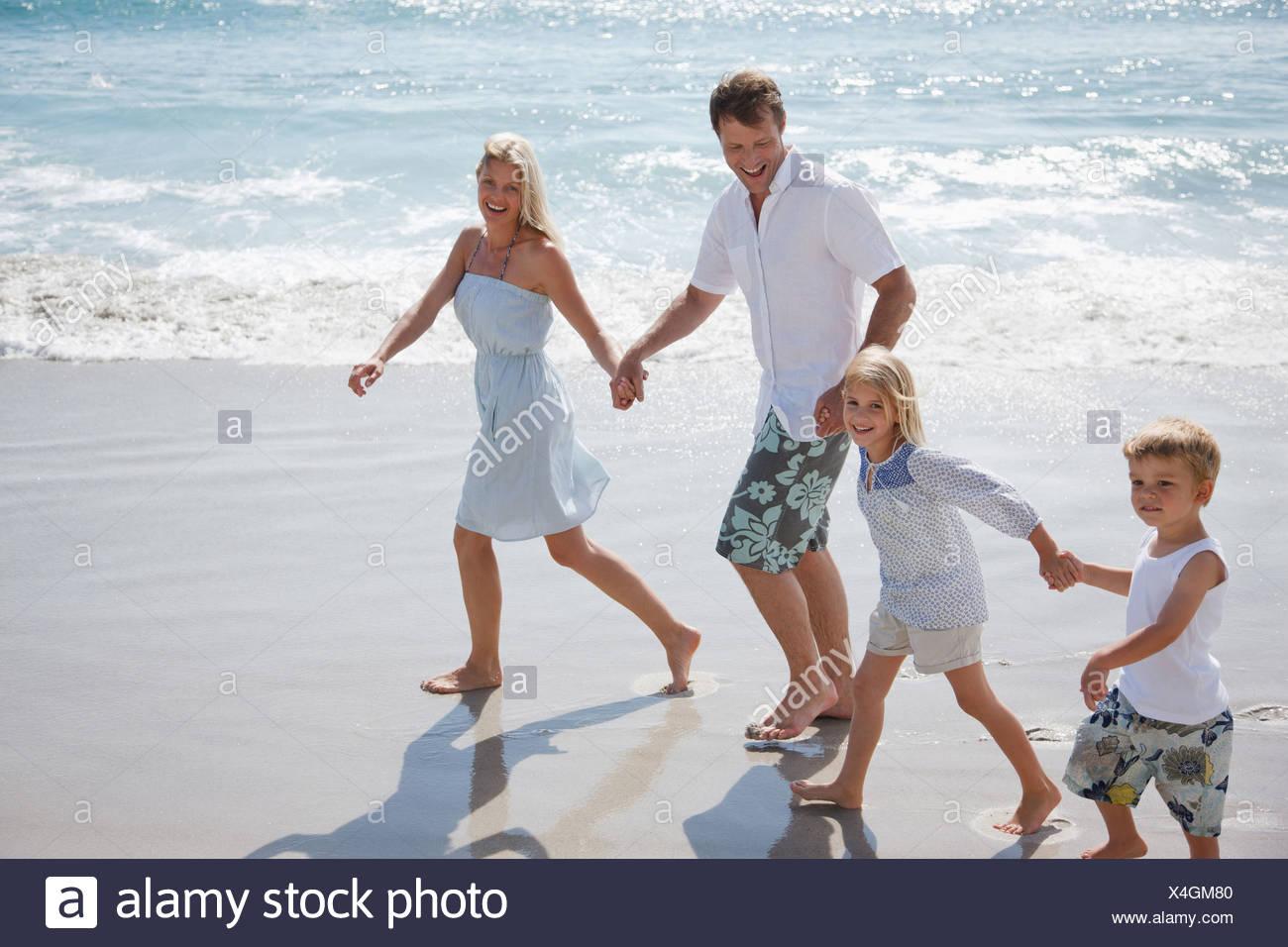 Familia vadeando en Ocean Imagen De Stock