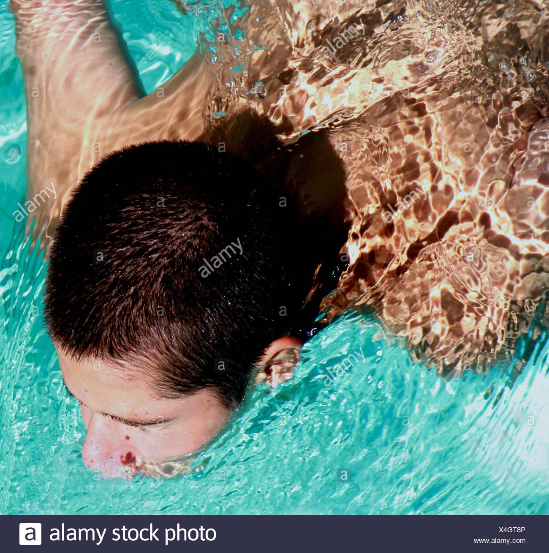 Un alto ángulo de visualización de la natación adolescente Imagen De Stock