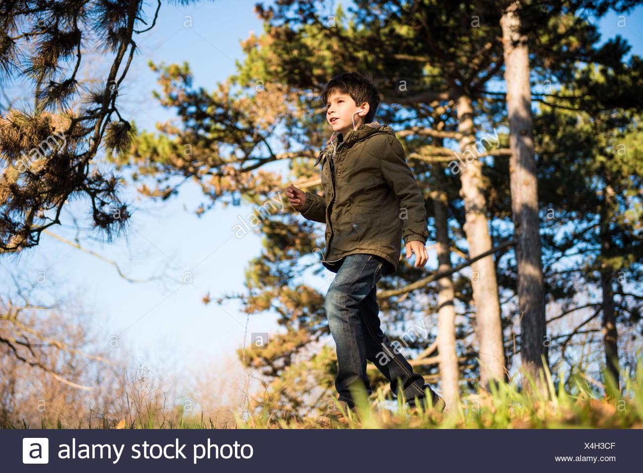 Muchacho caminando en el campo Imagen De Stock