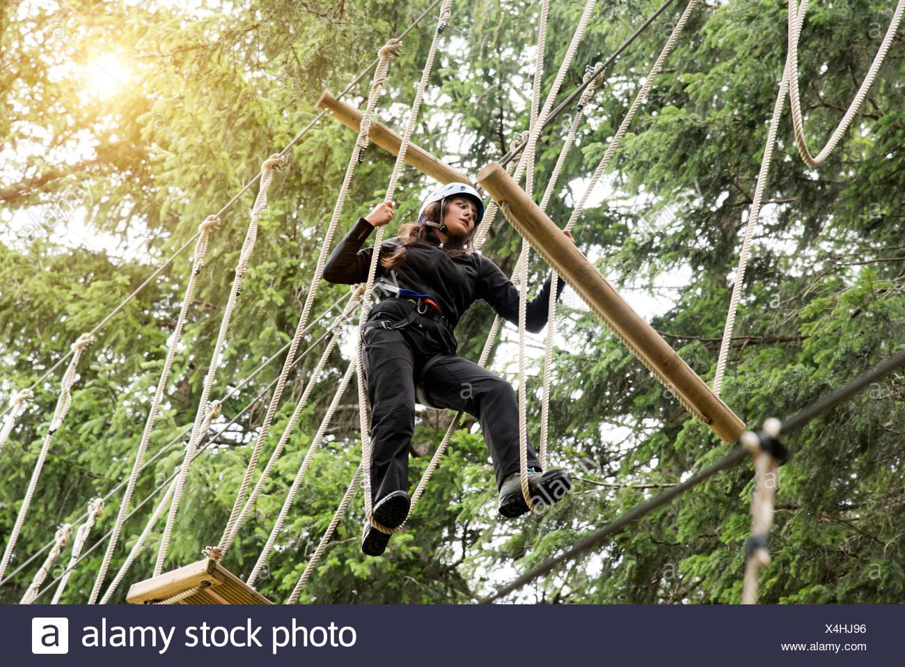 Adolescente en High Rope Course Imagen De Stock