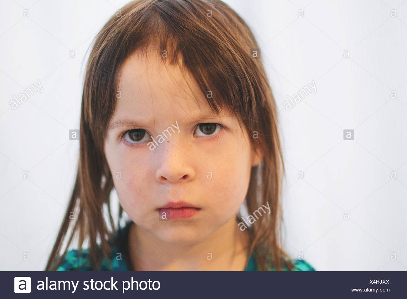 Retrato de una niña que tiene cortar su propio cabello Imagen De Stock