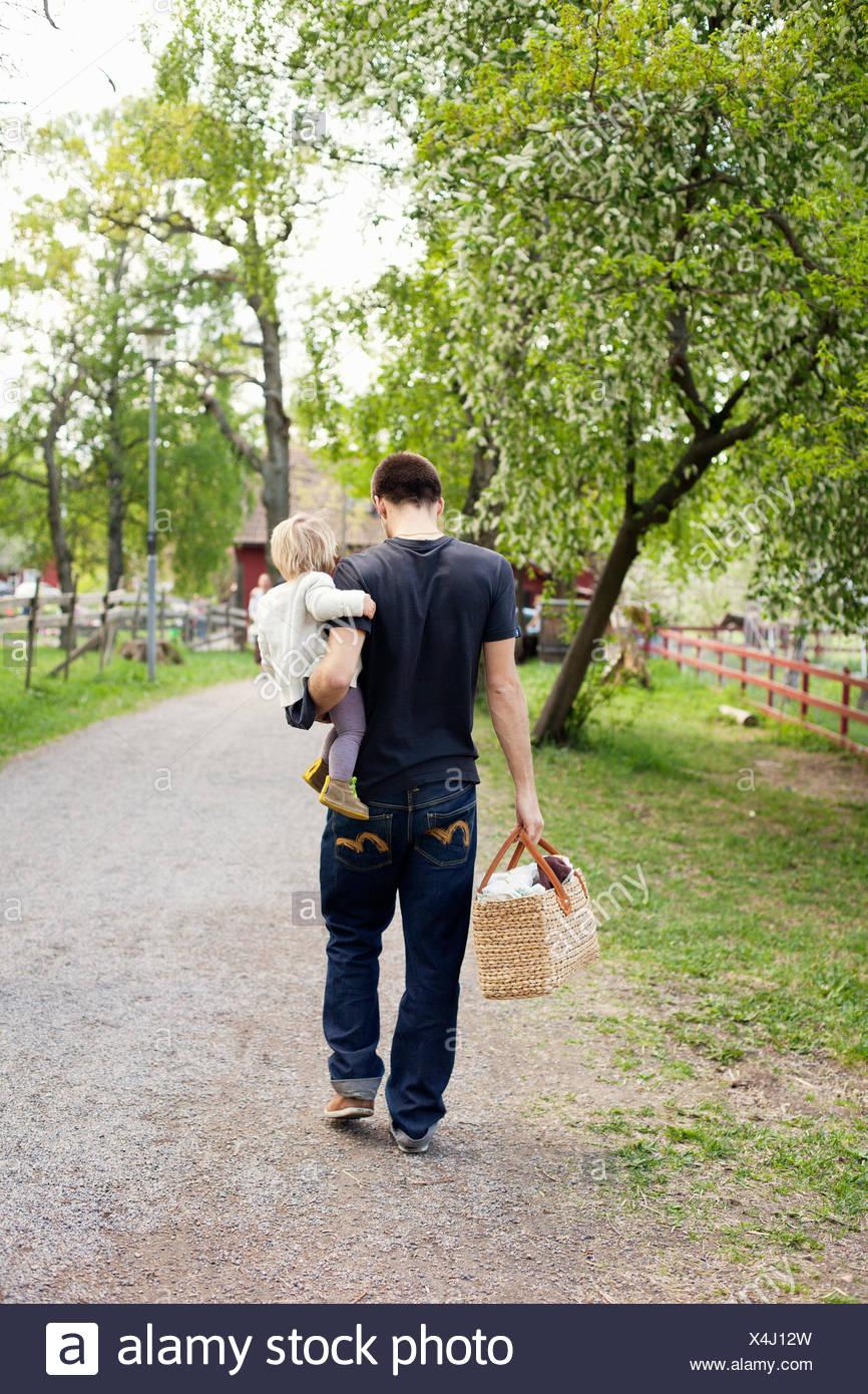 Suecia, Uppland, Padre caminando con su hija (18-23 meses) Foto de stock