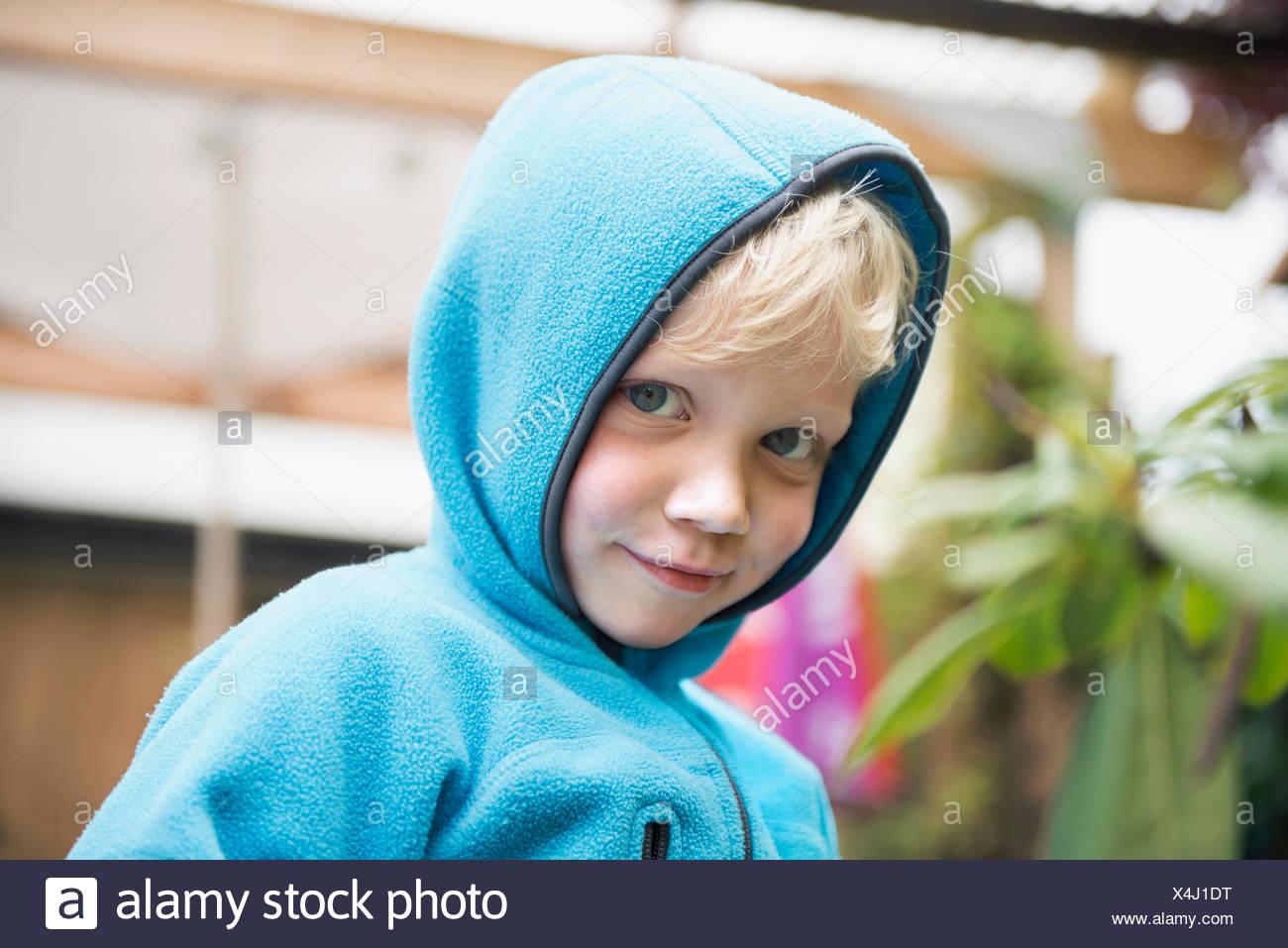 Retrato joven muchacho rubio con puente hoody Imagen De Stock