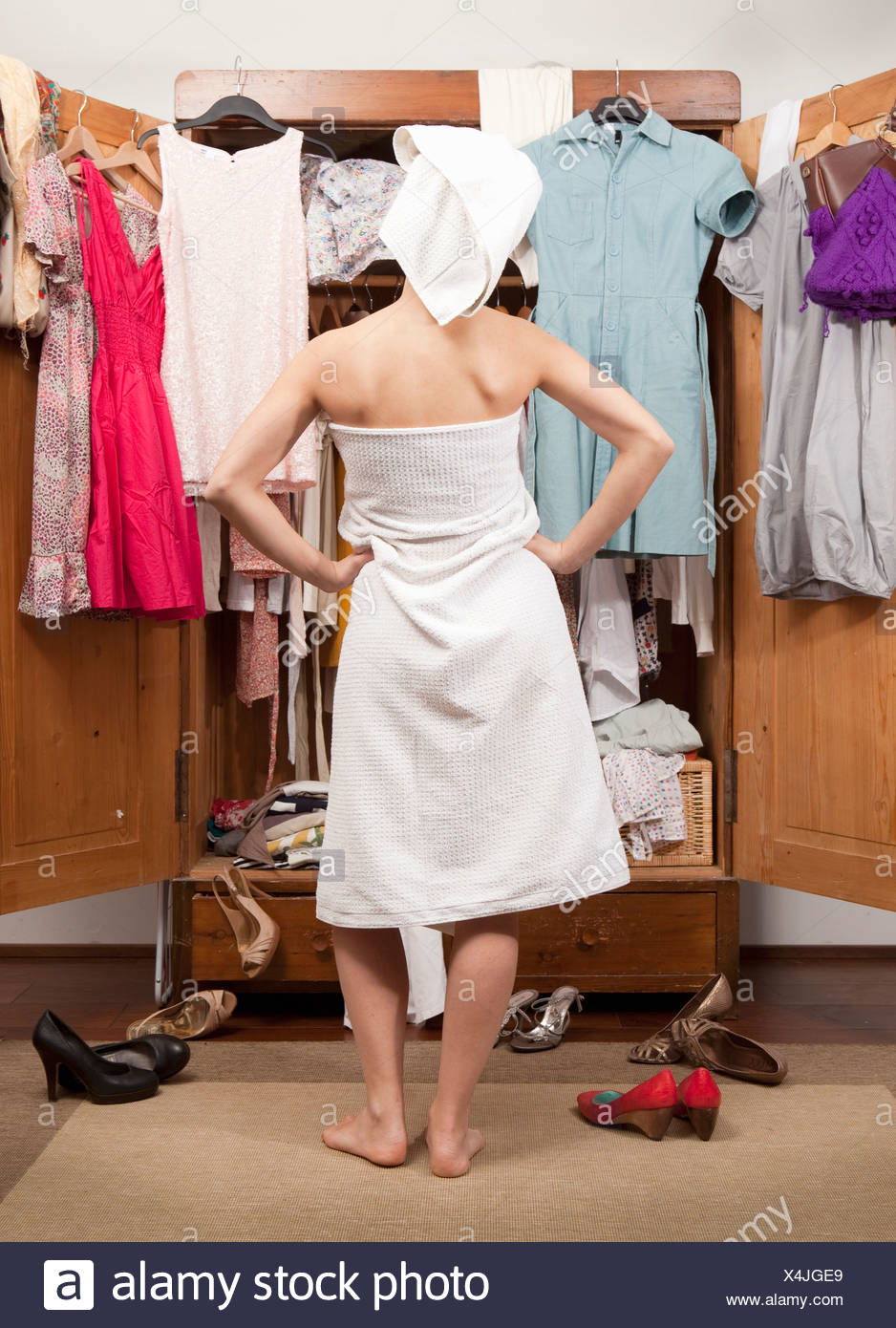 Mujer enfrente de su closet, vista posterior Imagen De Stock