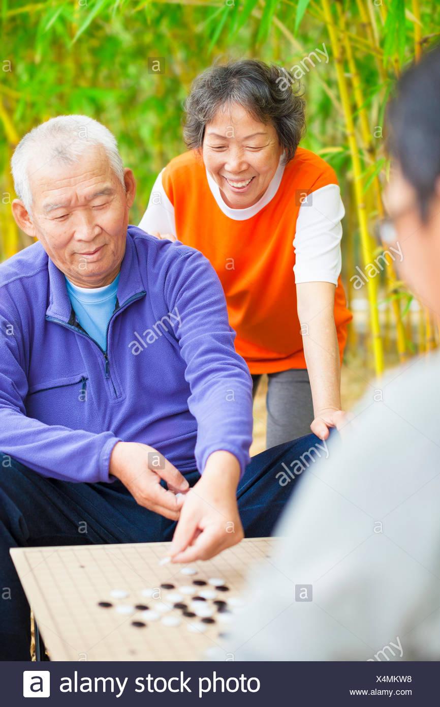 Los Ancianos Desempenan Chino Tradicional Juego De Mesa Go Foto