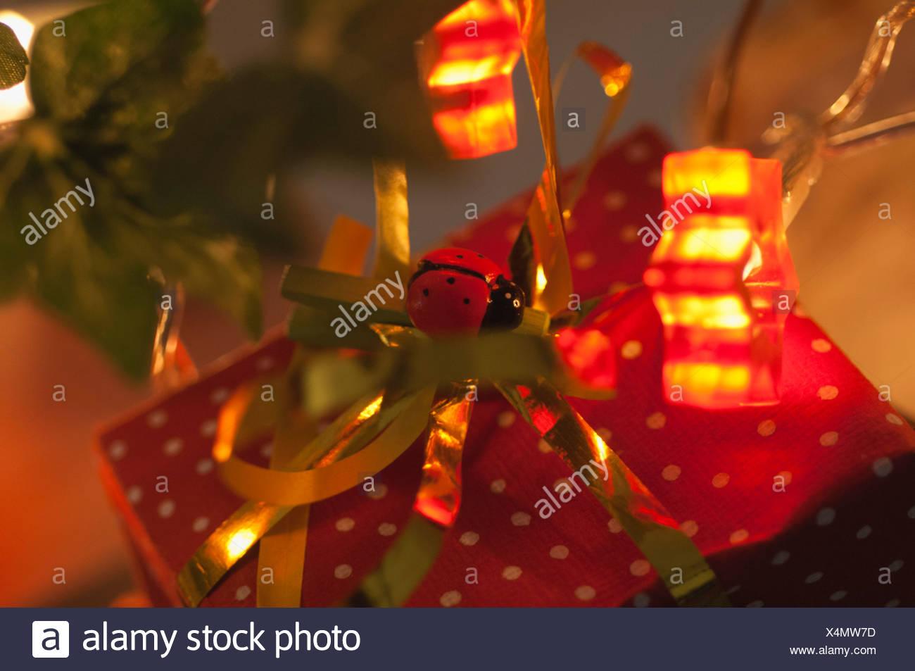 Regalo de Navidad envuelto festivamente Foto de stock