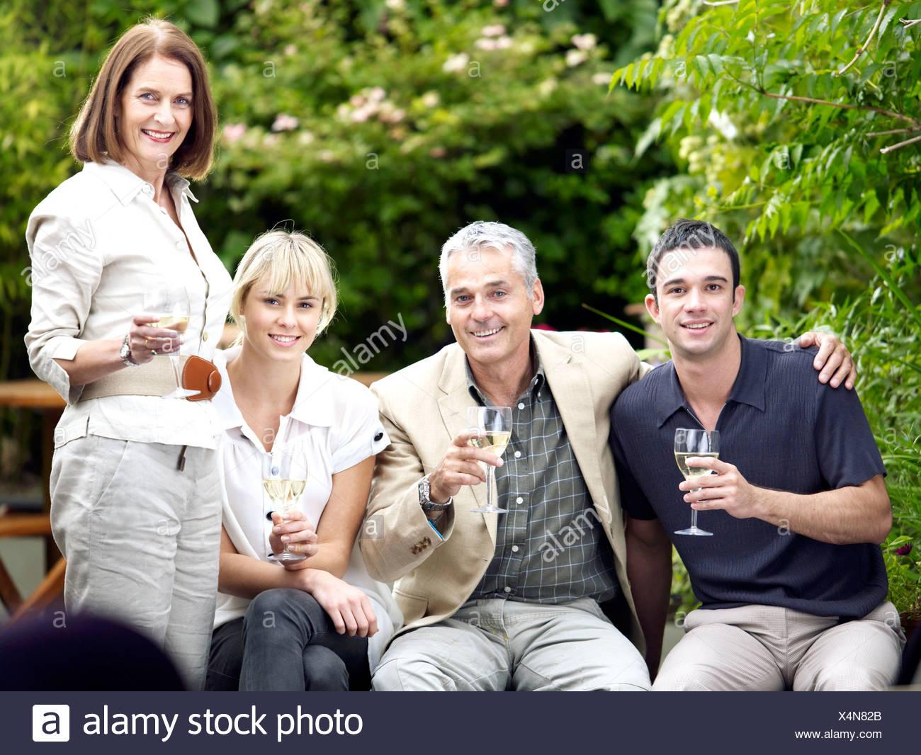 Con ocasión de la familia en el jardín Imagen De Stock