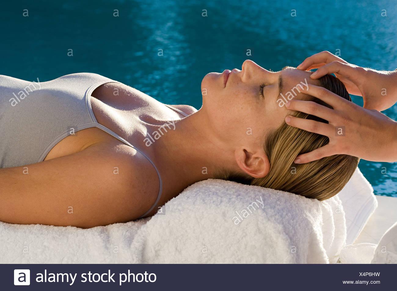 Mujer joven recibiendo un masaje facial Foto de stock