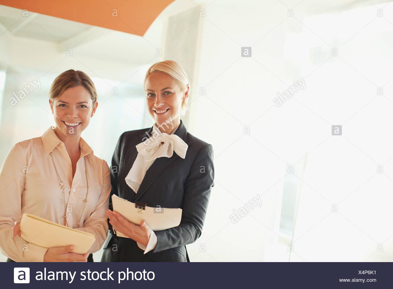 30-34 años,ambición,negocios,traje de negocios,empresaria,California,caucásico,compañero,color image,confianza,copiar Imagen De Stock